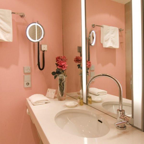 hotel_der_blaue_reiter_karlsruhe_damenjuniorsuite_badezimmer.1024x0