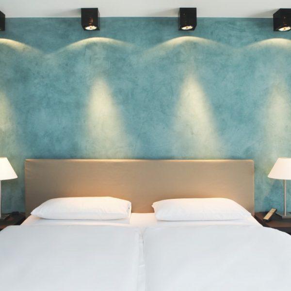 hotel_der_blaue_reiter_karlsruhe_kubus_juniorsuite_bett.1024x0